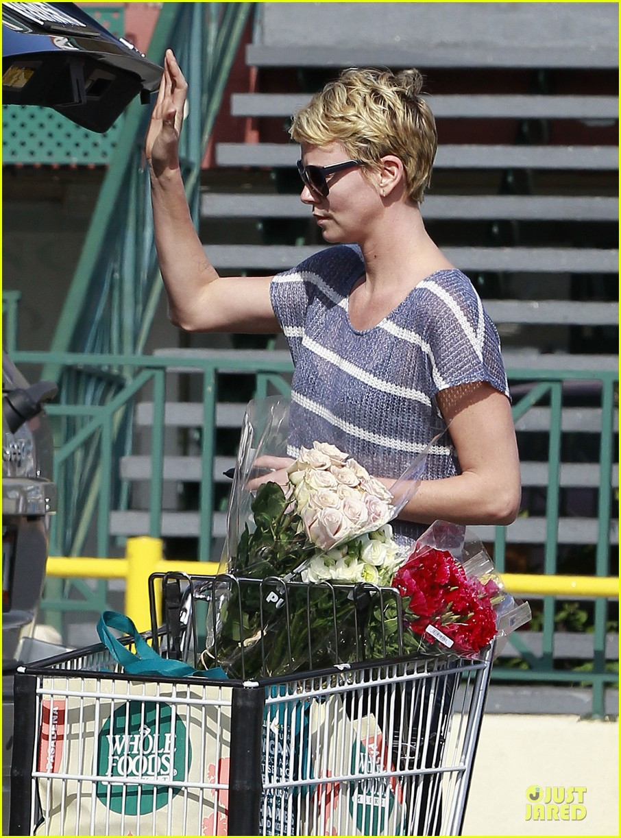 charlize theron flowers shopping at whole foods 09