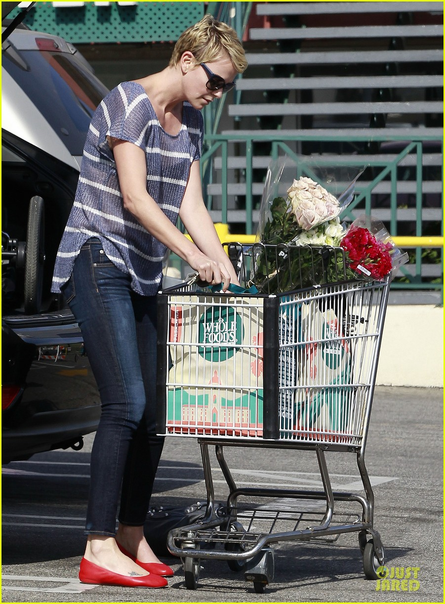 charlize theron flowers shopping at whole foods 12