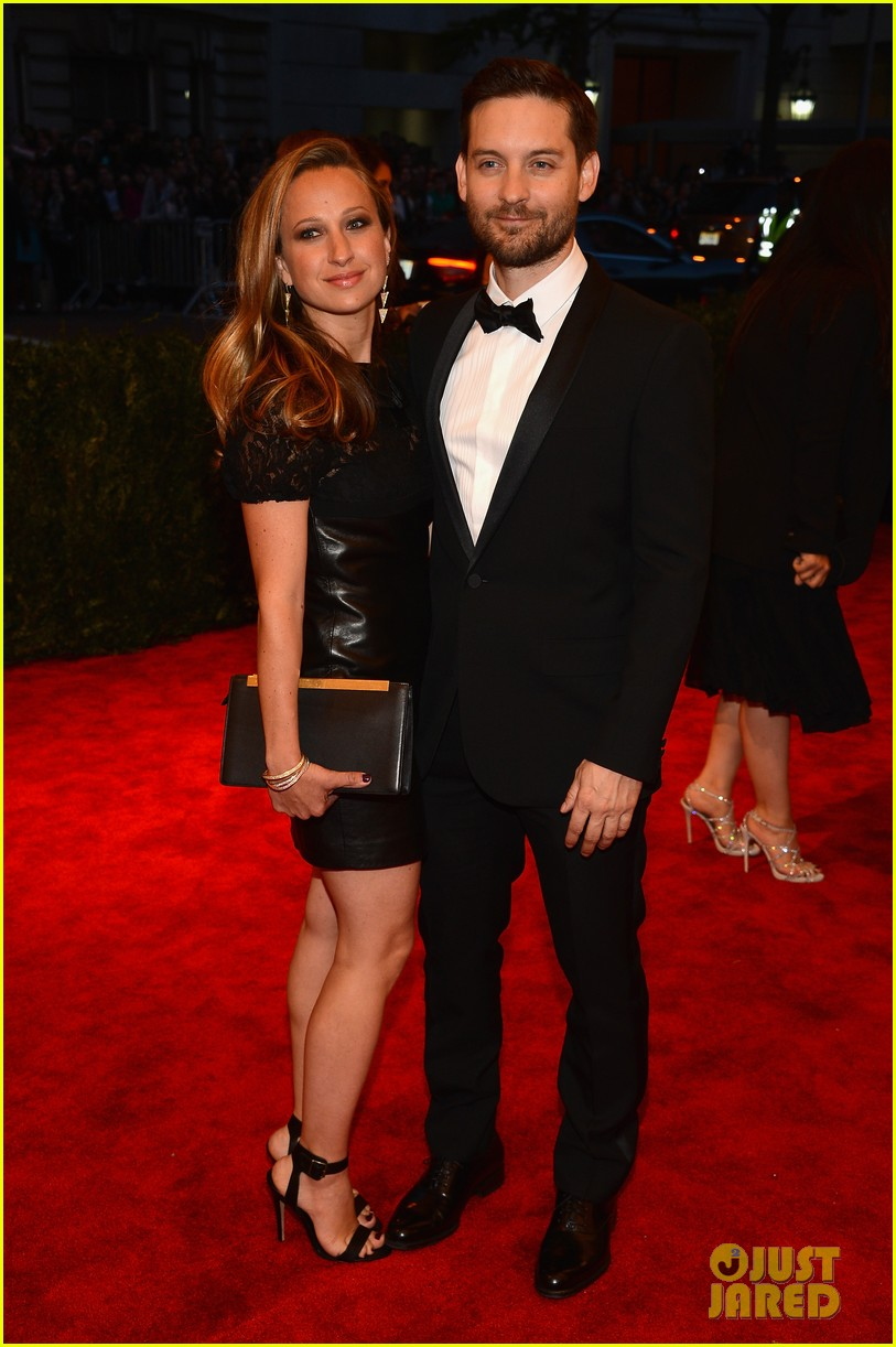 tobey maguire jennifer meyer met ball 2013 red carpet 01