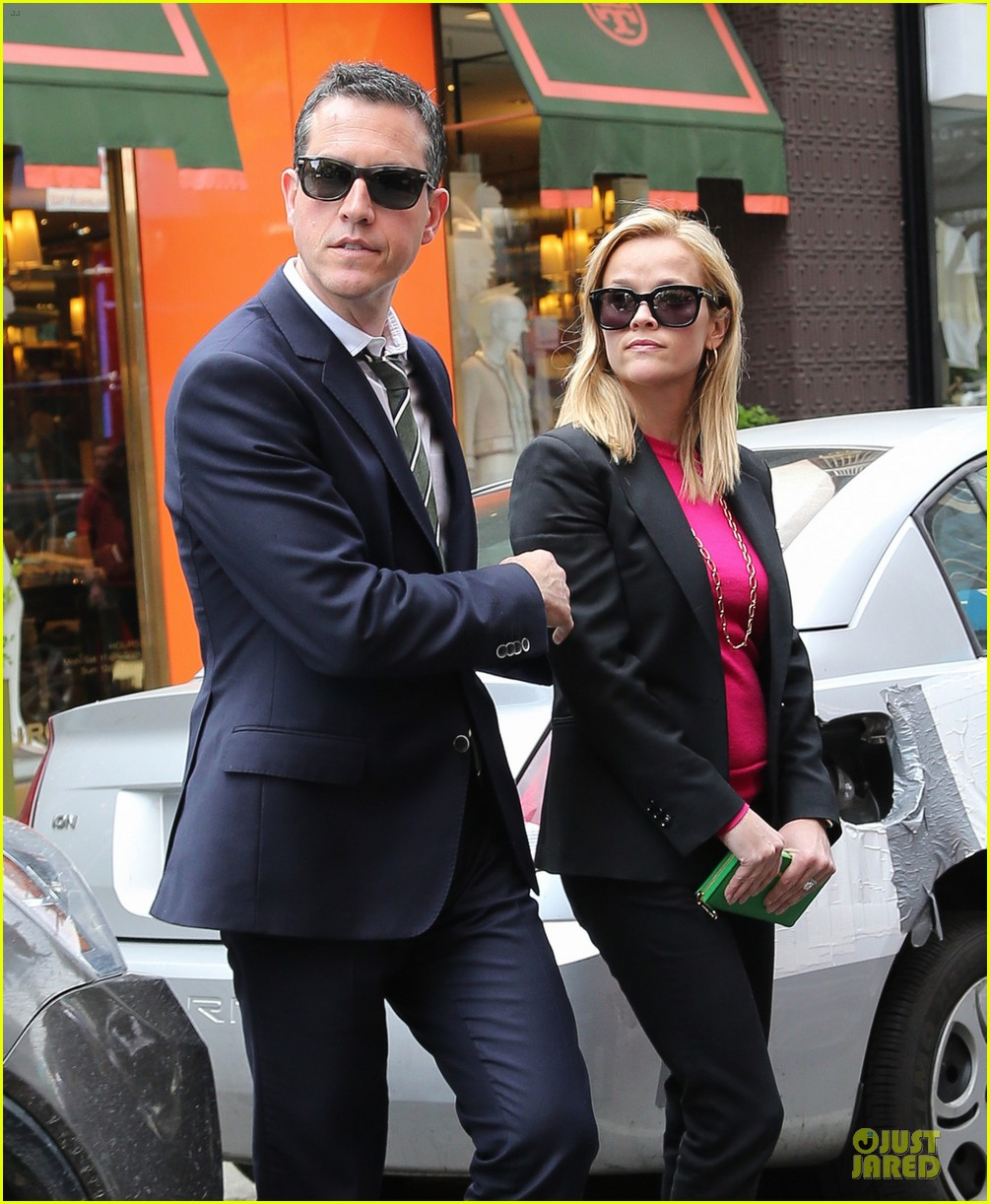 reese witherspoon jim toth big apple shopping couple 02