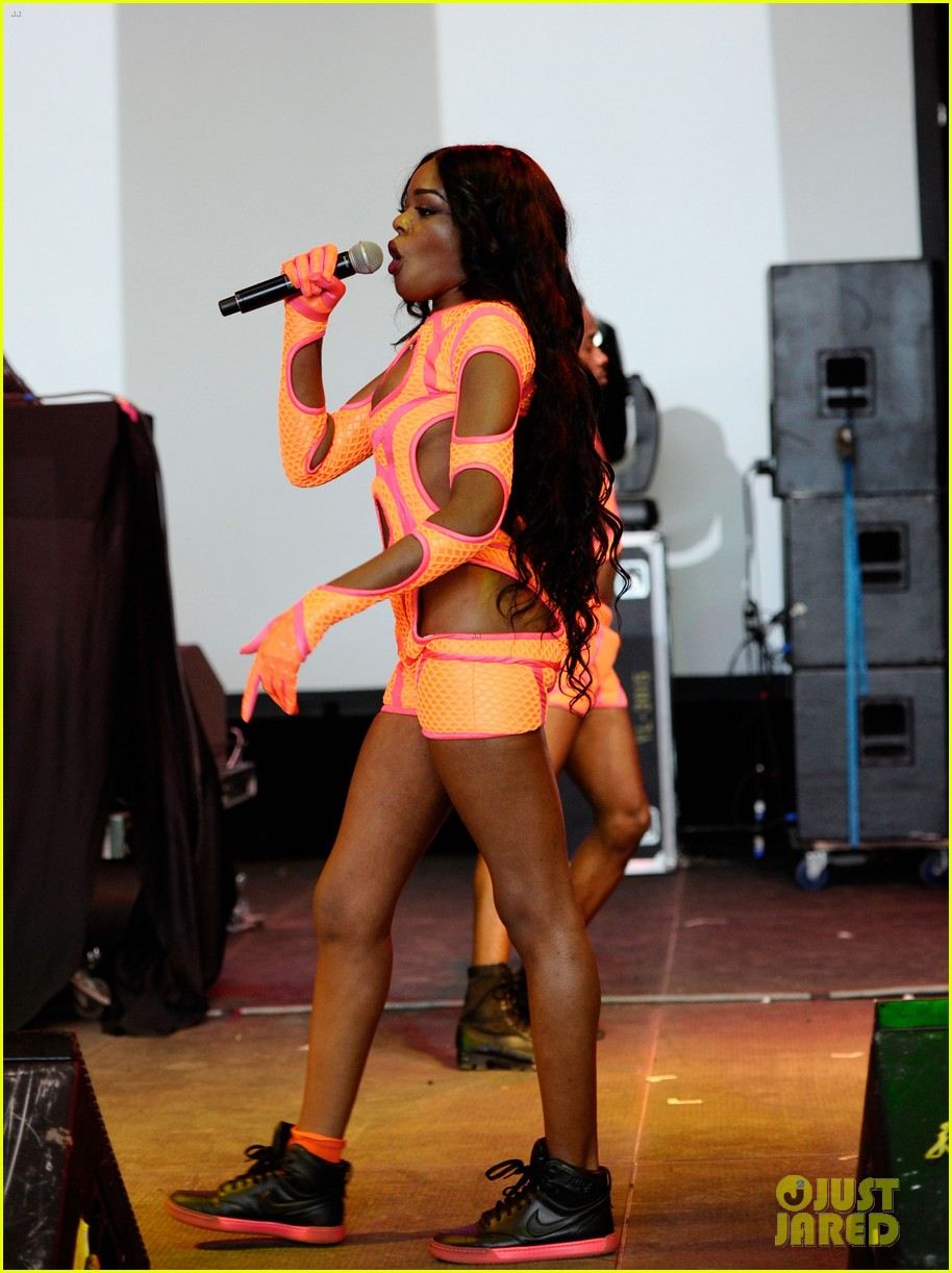azealia banks dons neon bodysuit for governors ball performance 05