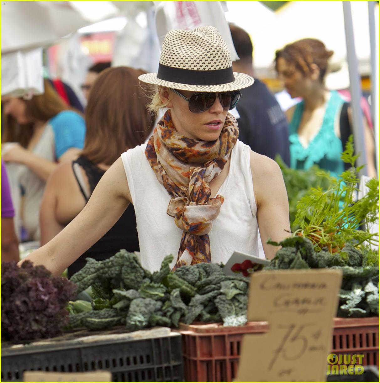 elizabeth banks farmers market visit with felix 12