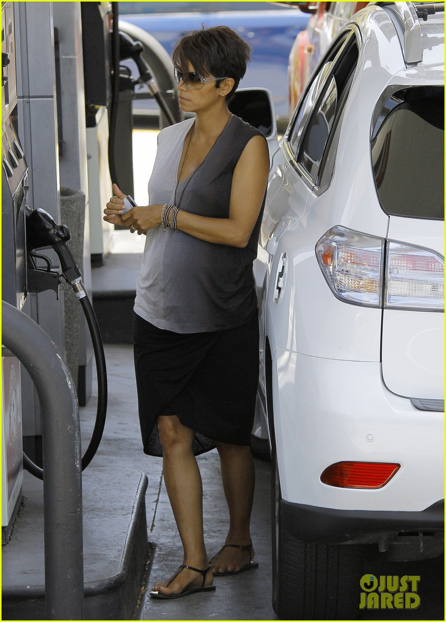 halle berry bumps at the gas station 012896714