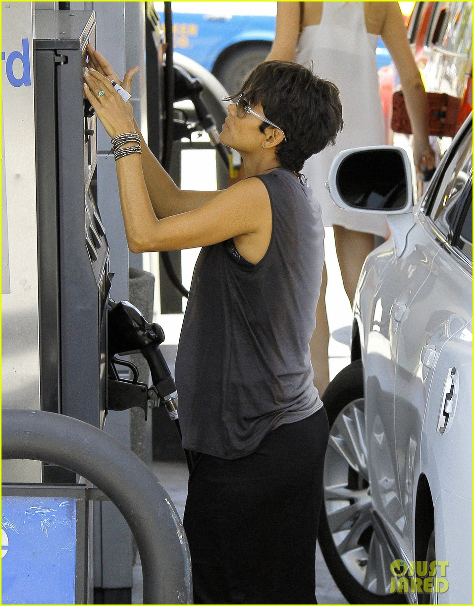 halle berry bumps at the gas station 07