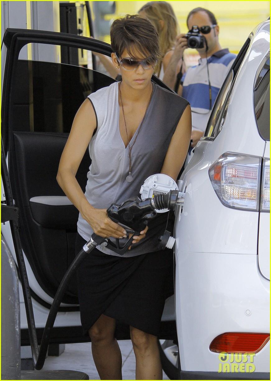 halle berry bumps at the gas station 09