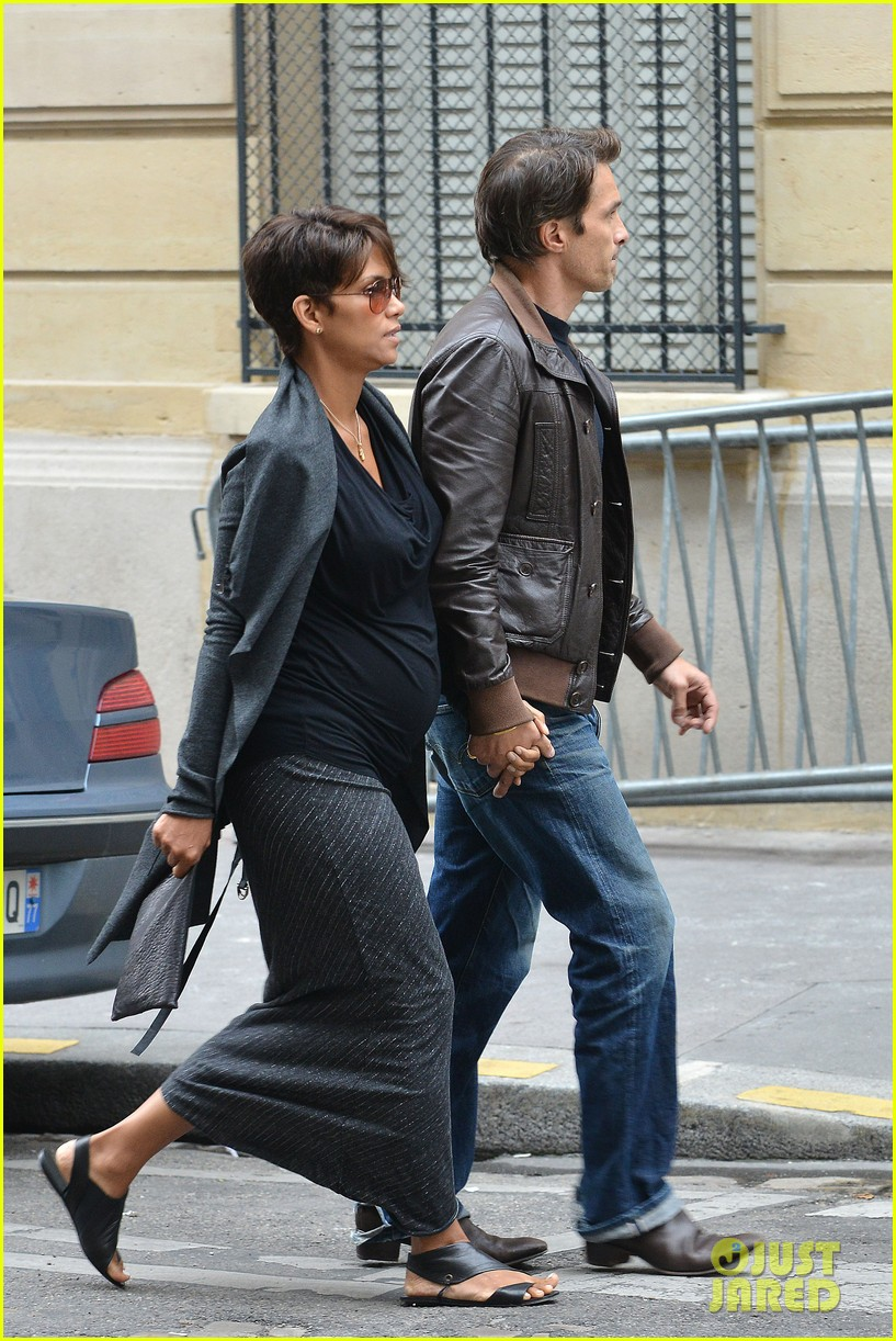 pregnant halle berry olivier martinez hold hands in paris 02