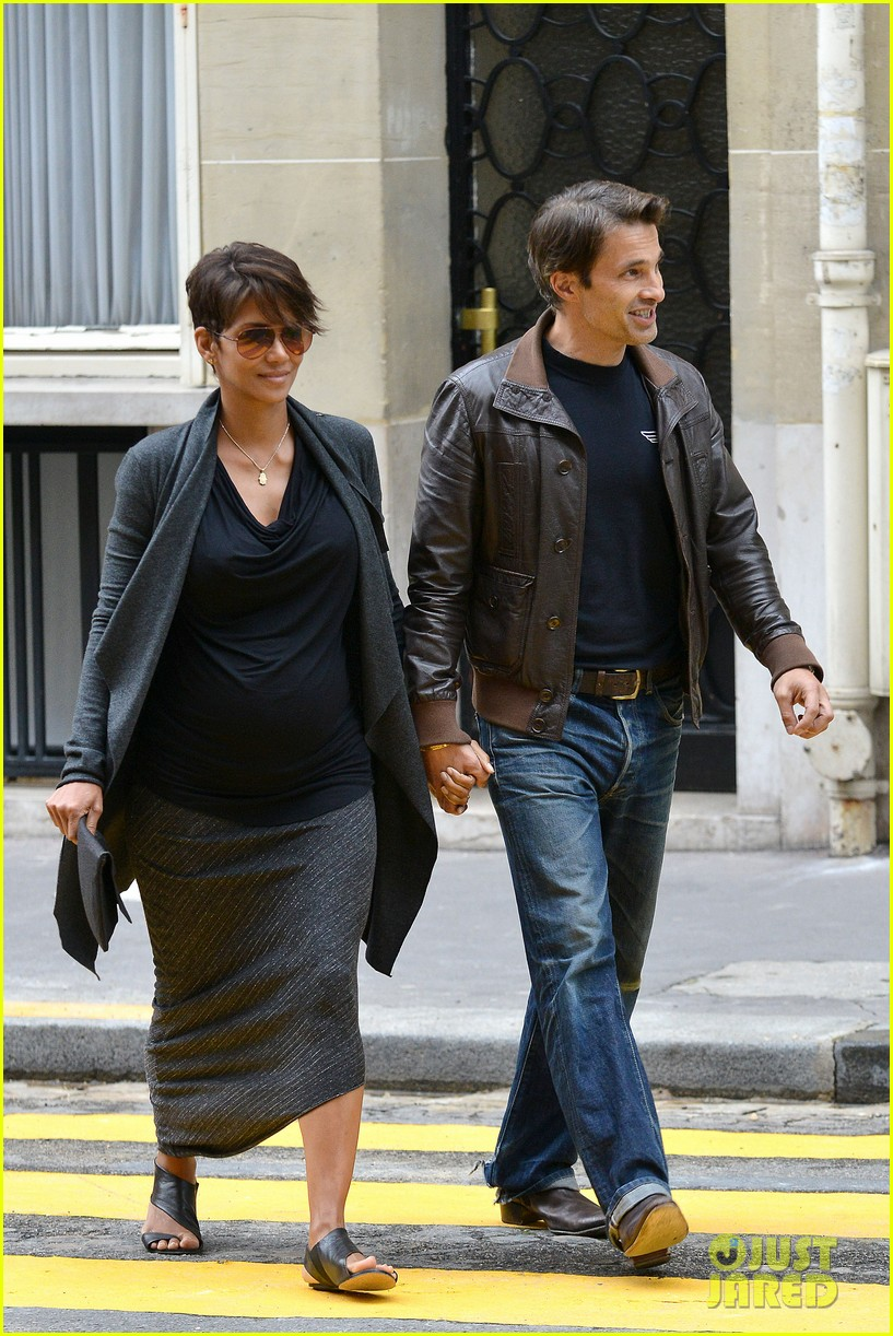 pregnant halle berry olivier martinez hold hands in paris 122889165
