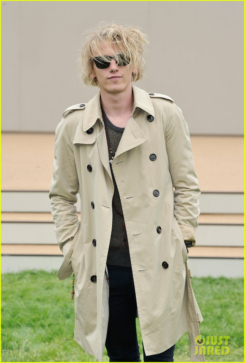 douglas booth jamie campbell bower burberry show 22