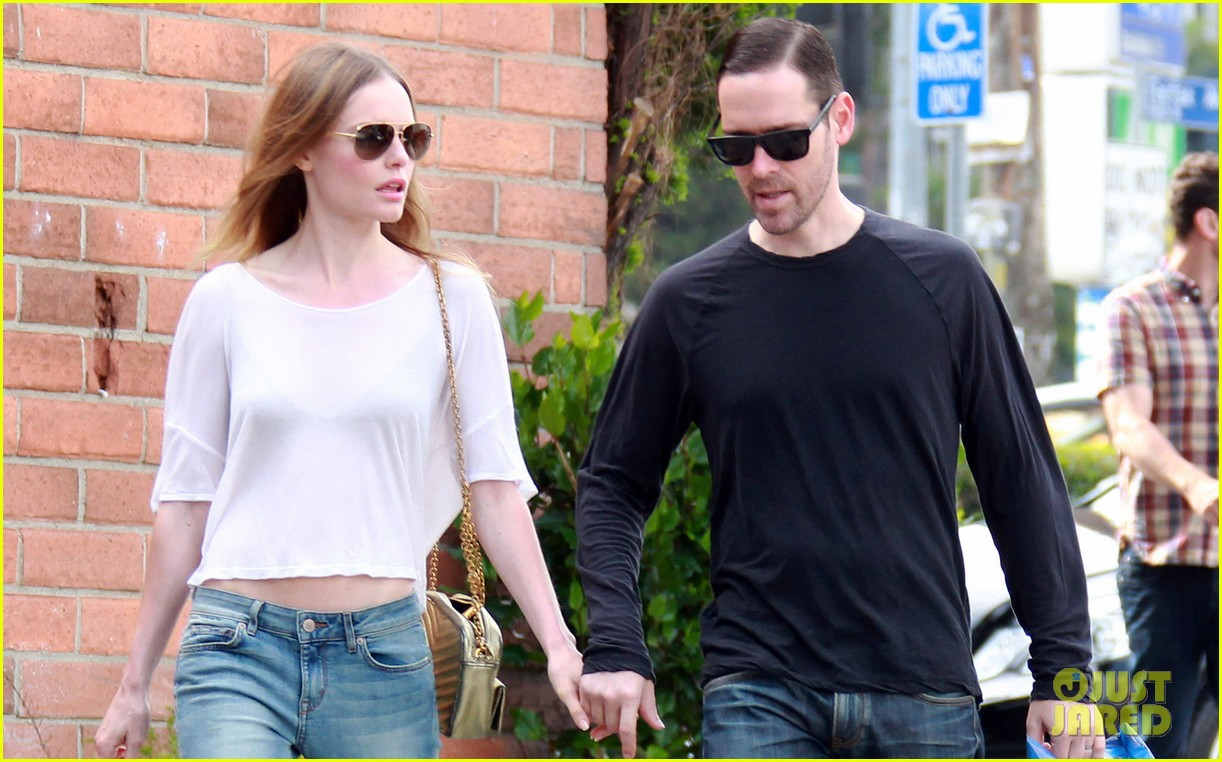 kate bosworth michael polish hold hands at bristol farms 04