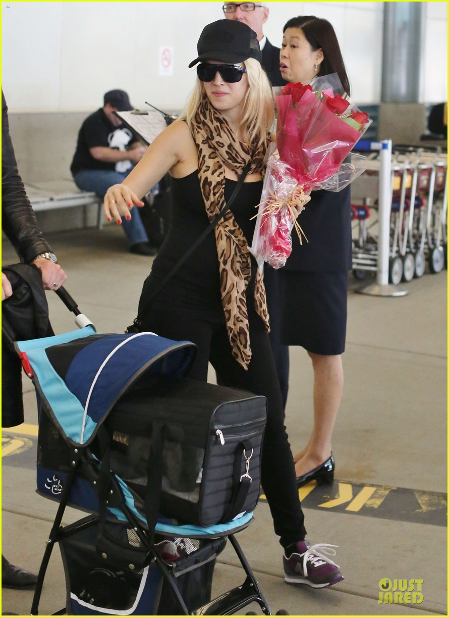 michael buble flowers for luisana lopilato arrival 01