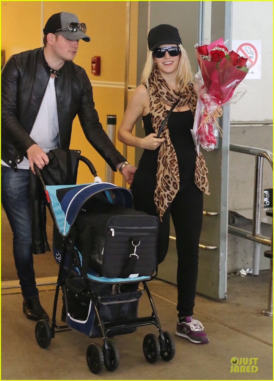 michael buble flowers for luisana lopilato arrival 13