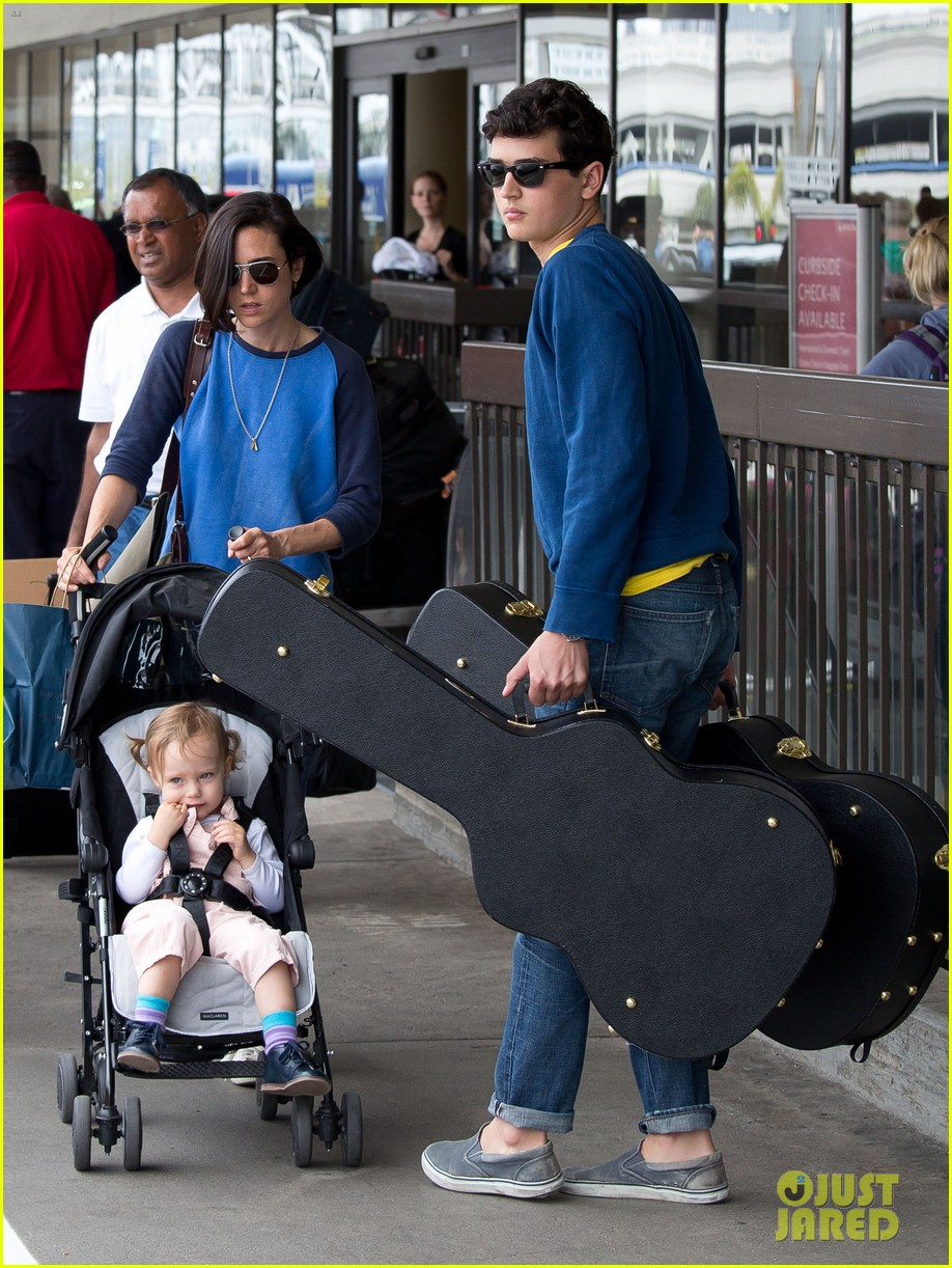 jennifer connelly paul bettany lax arrivial with the kids 02