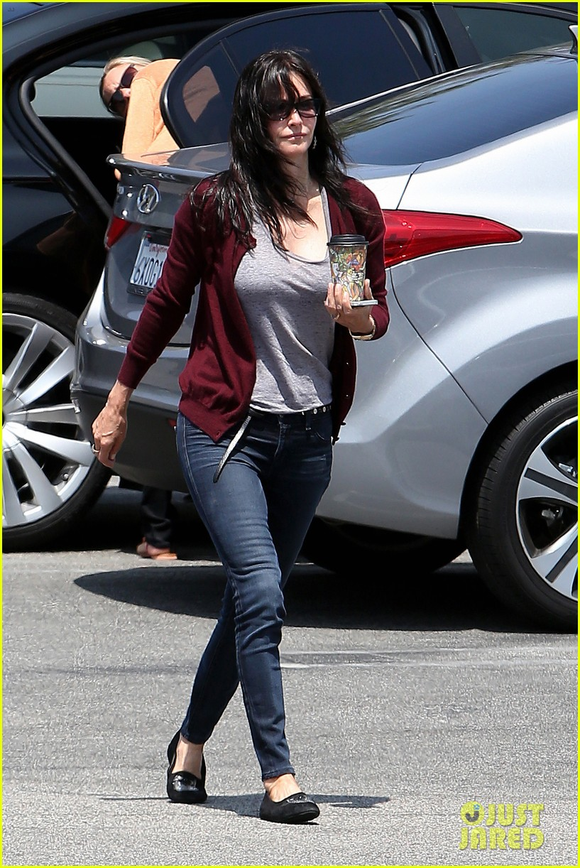 courteney cox shops for pet supplies at kahoots 07