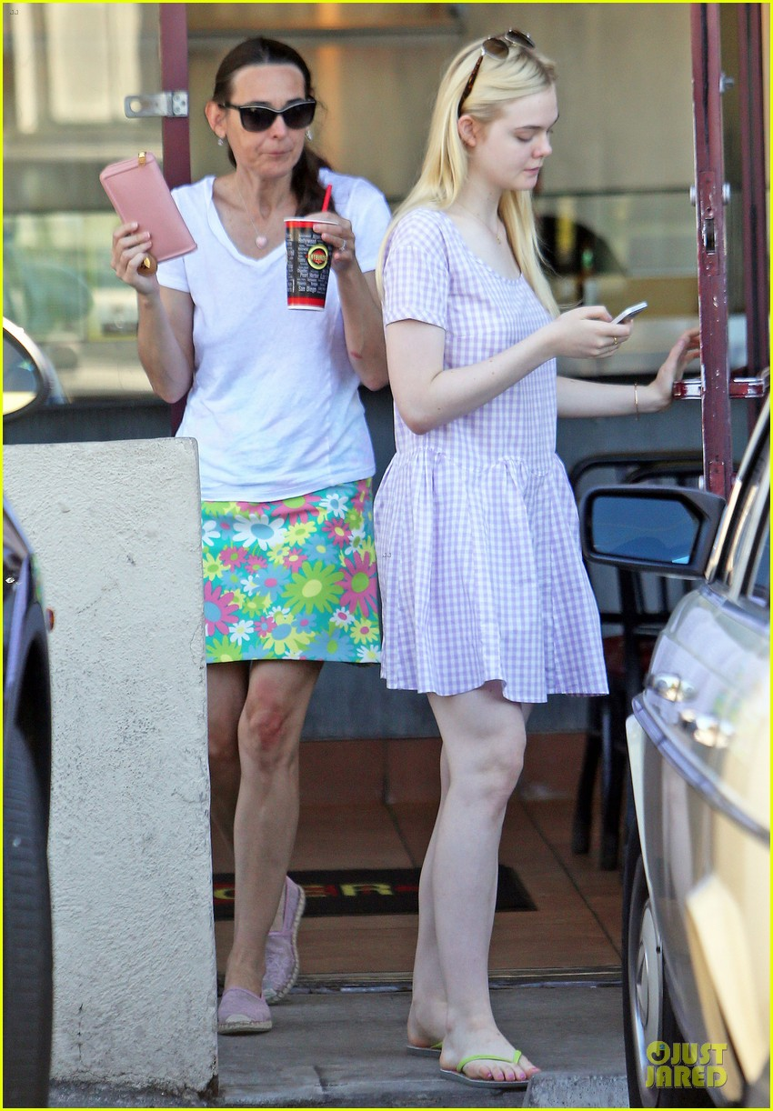 dakota fanning approves hair elle eats lunch with mom heather 052899160