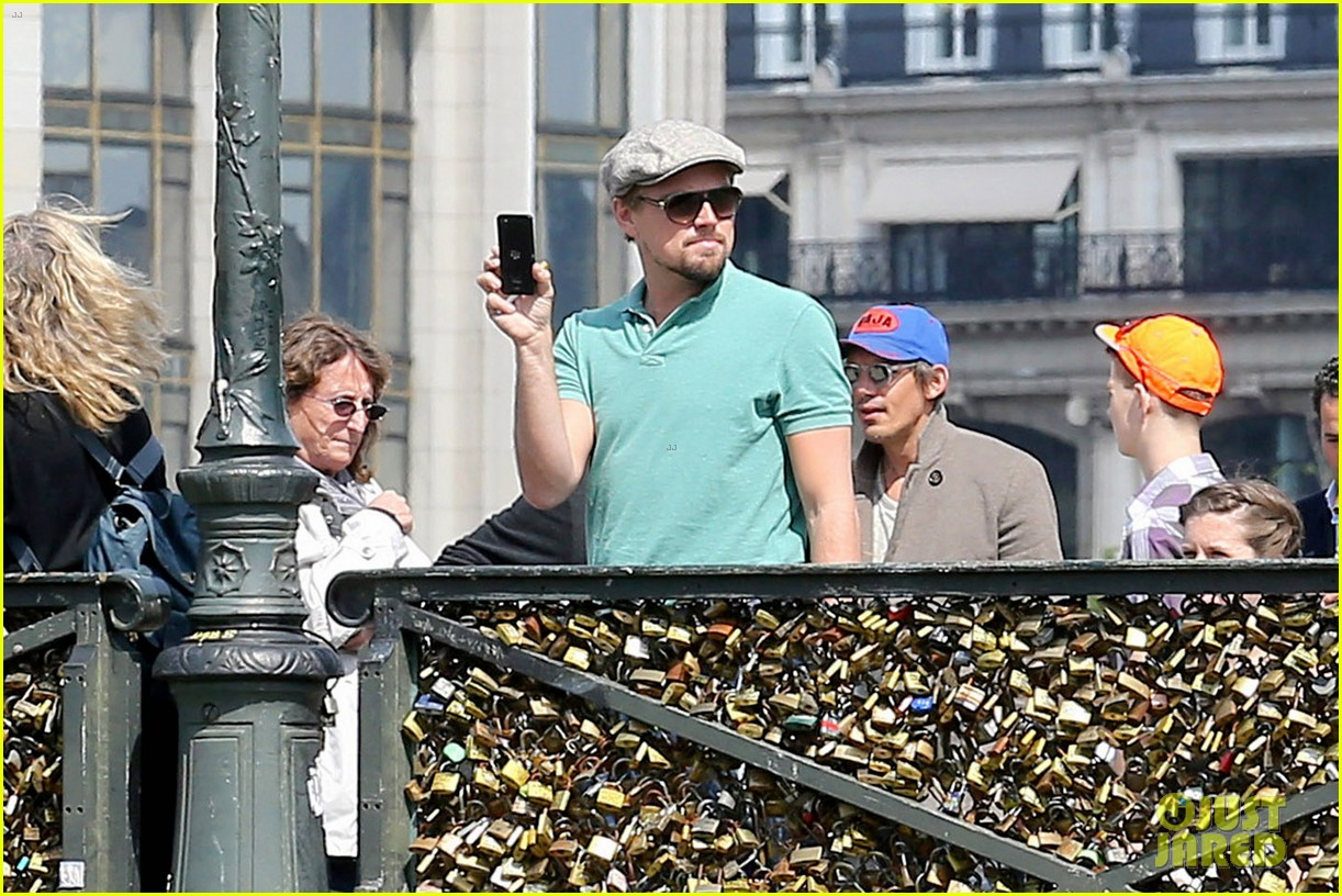 leonardo dicaprio visits famous love locks in paris 06