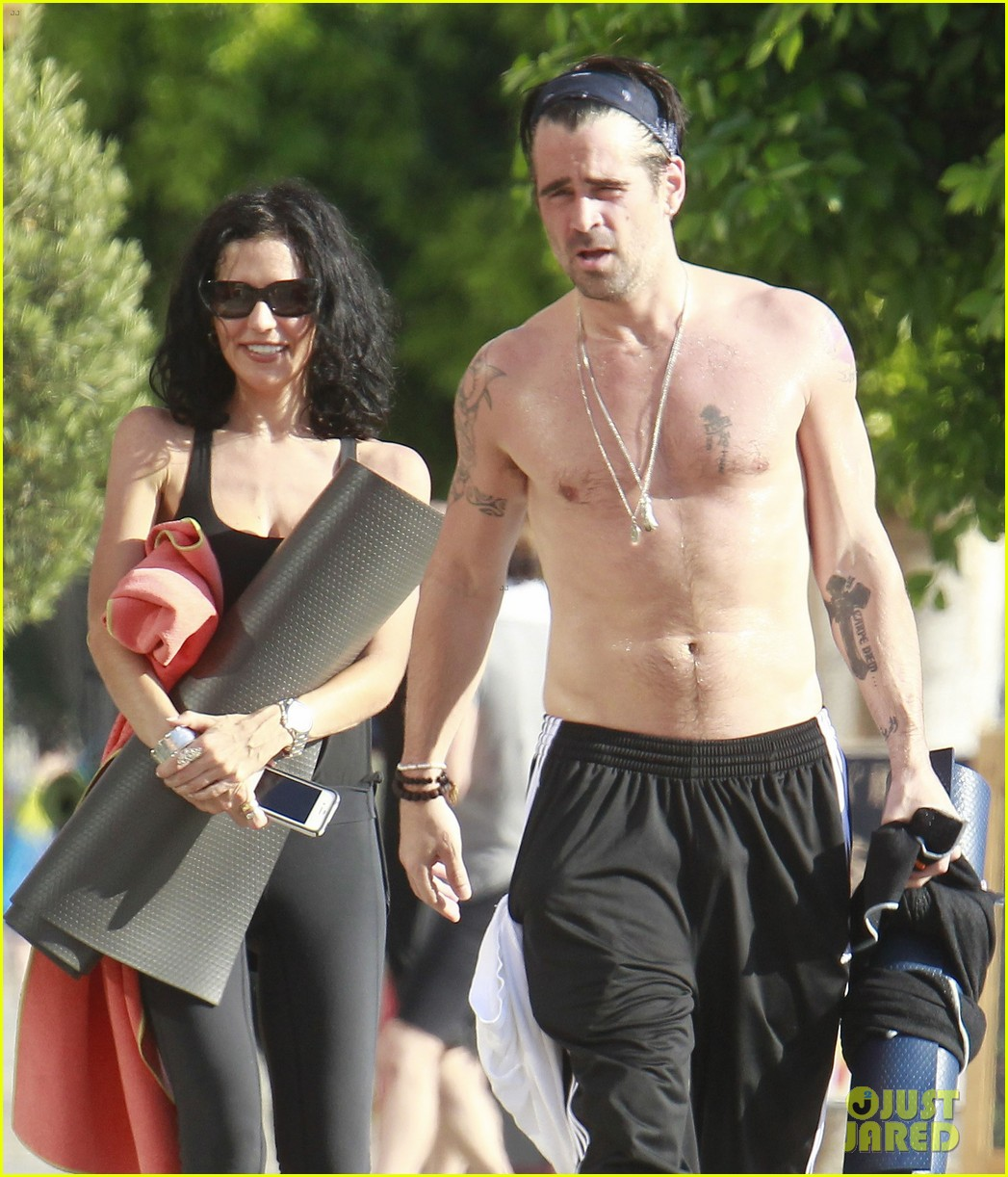 colin farrell shirtless yoga with sister claudine 032884131