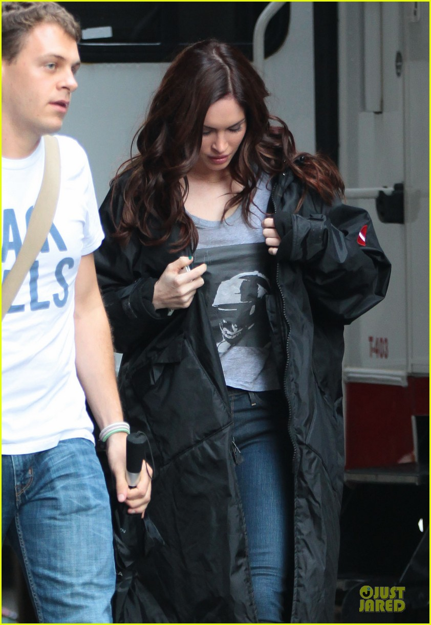 megan fox cell phone carrier on ninja turtles set 05