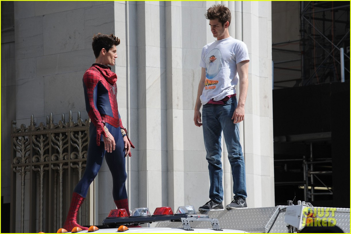 andrew garfield plays with kids on amazing spider man 2 set 15