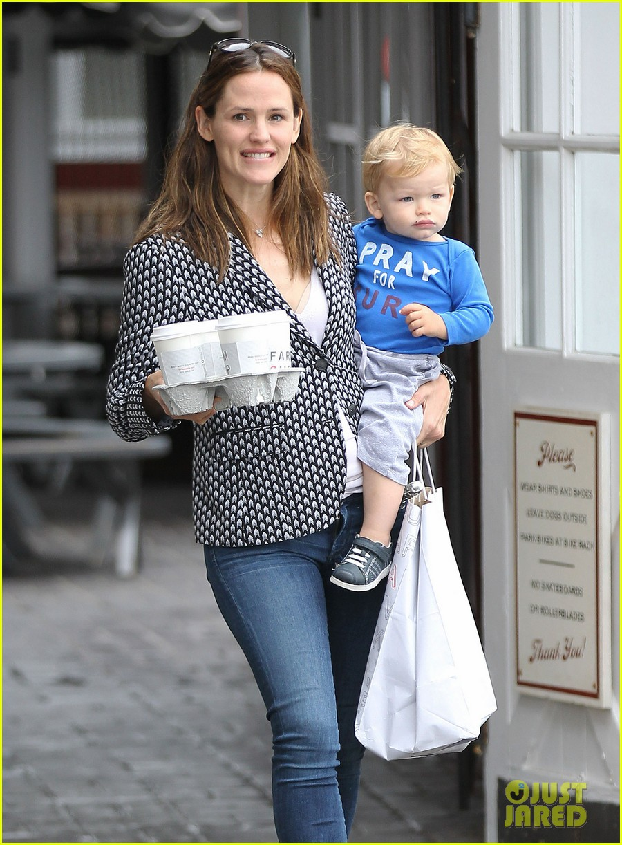 jennifer garner carries samuel four coffees 02