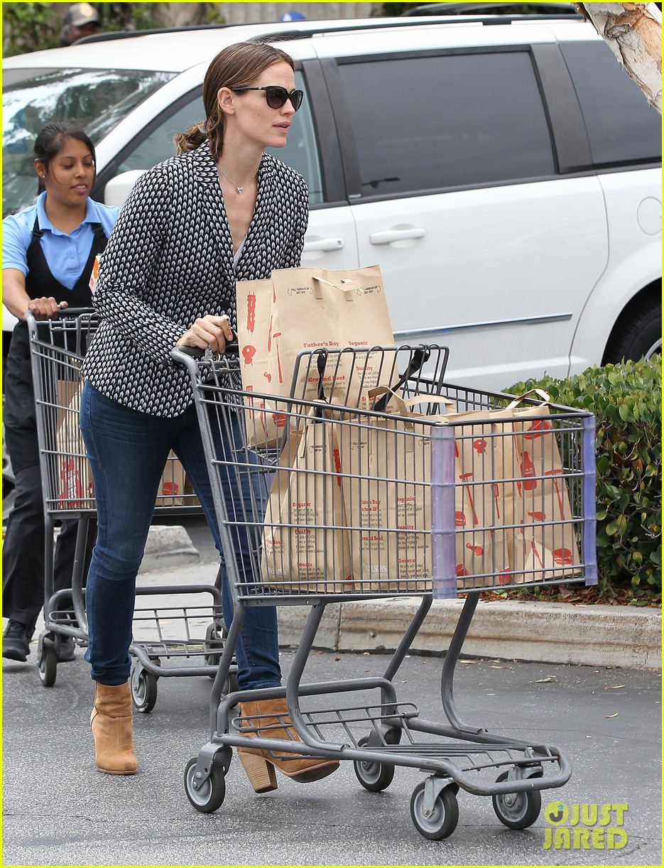 jennifer garner carries samuel four coffees 05