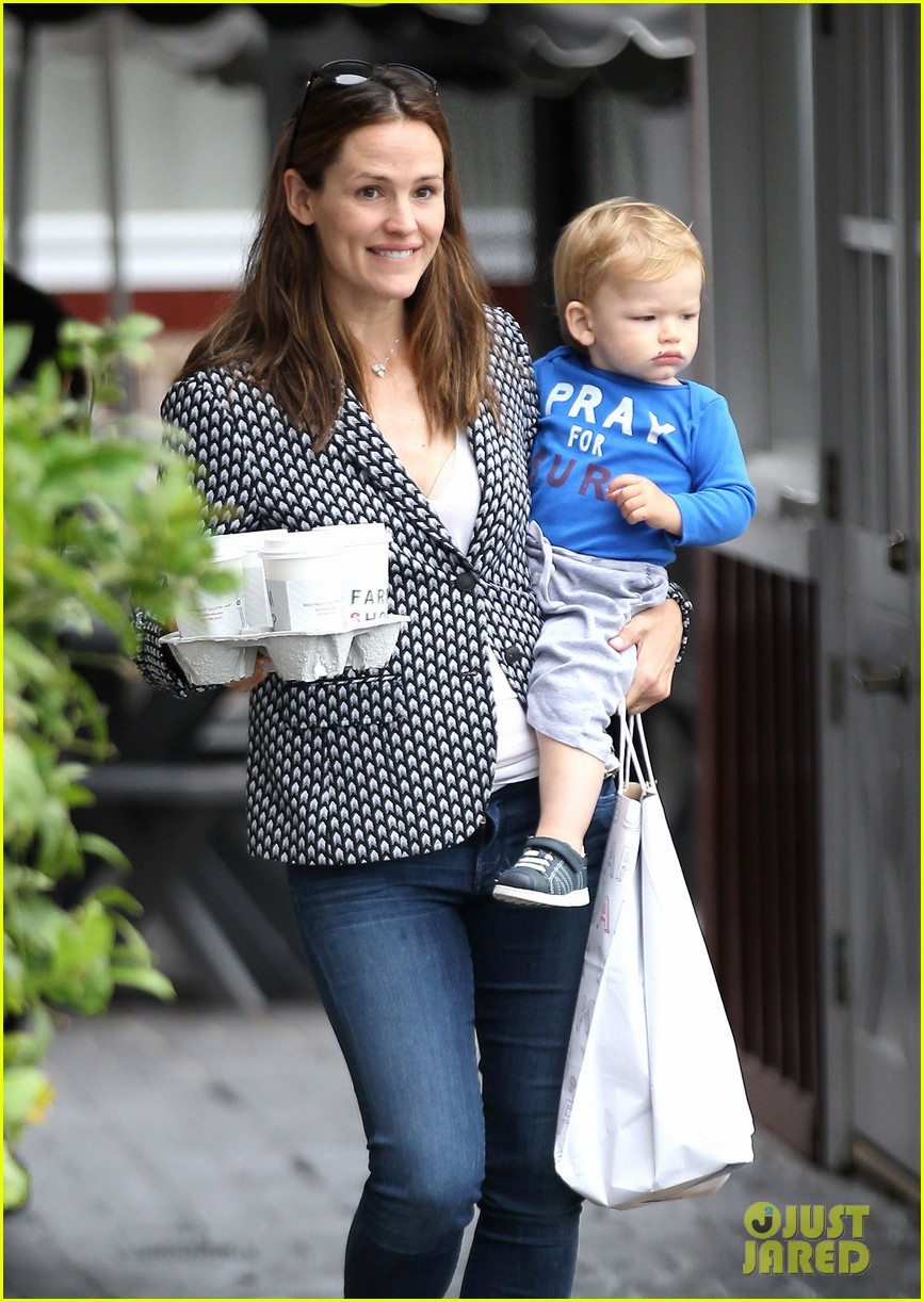 jennifer garner carries samuel four coffees 062885831