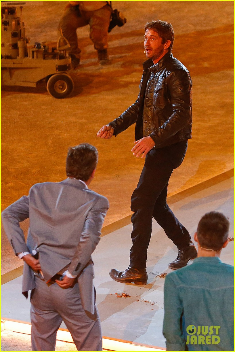 gerard butler puts ice down his pants on german tv show 05