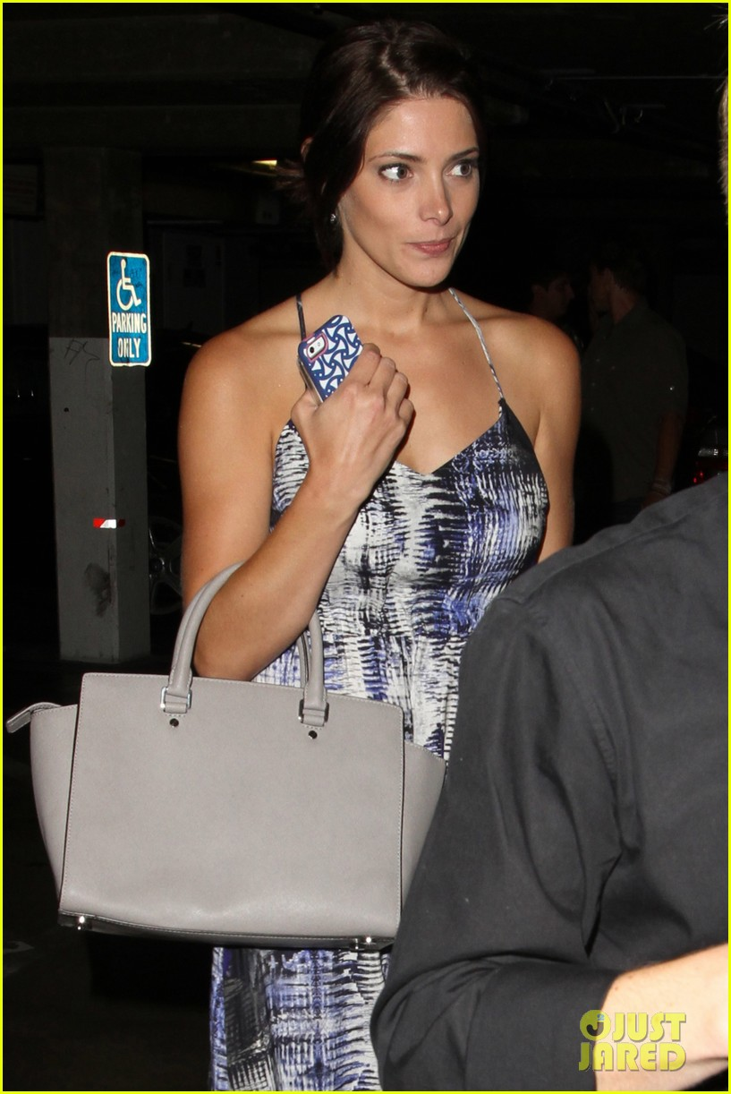 ashley greene wonderful night out with friends 19