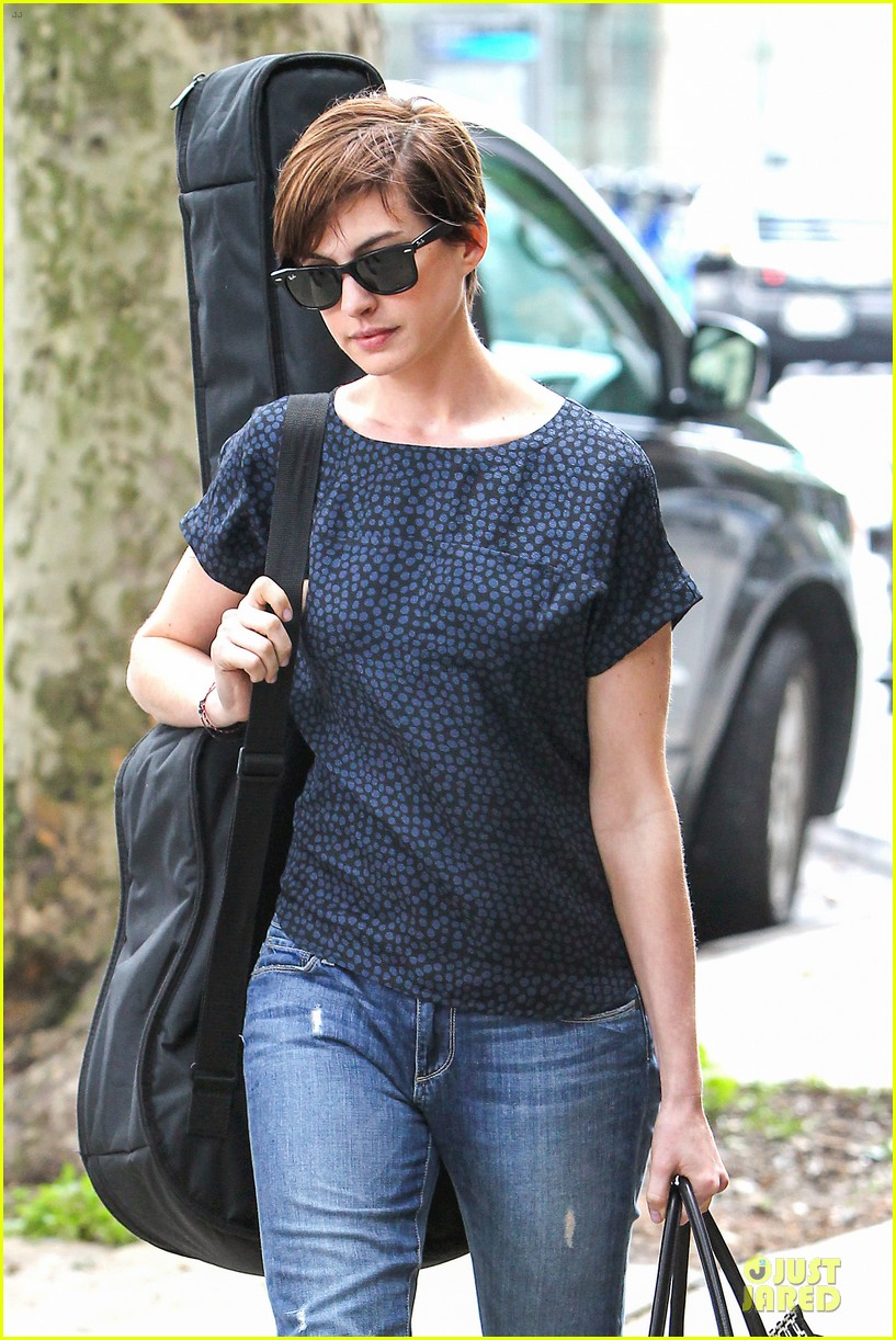 anne hathaway guitar carrying gal on song one set 04