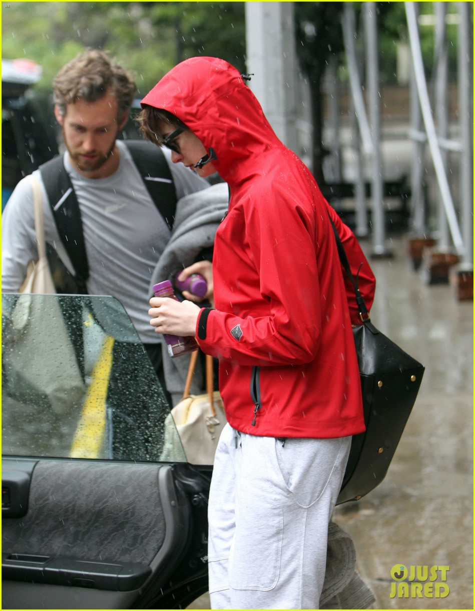 anne hathaway adam shulman rainy friday in new york 022886708