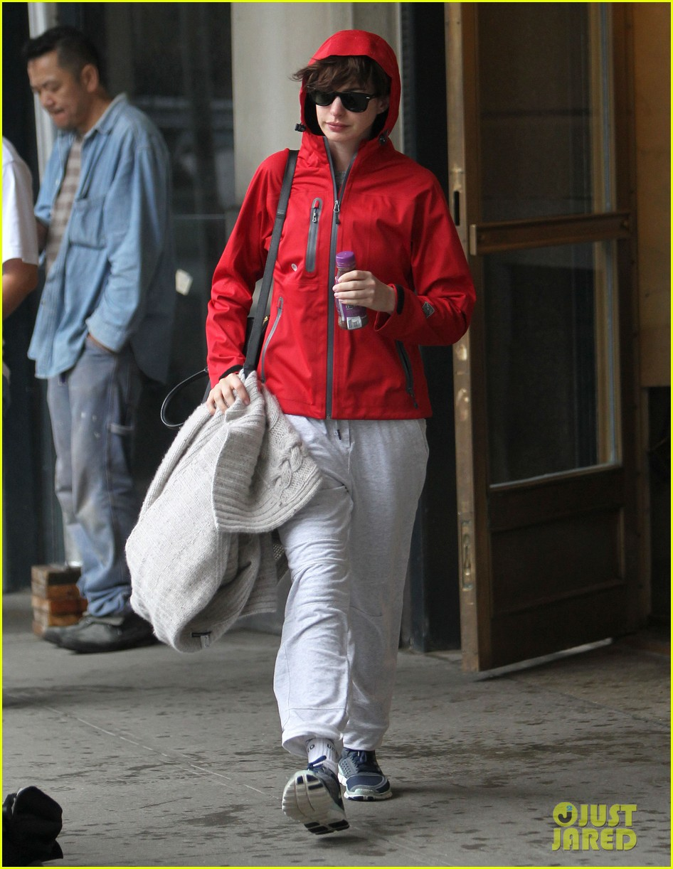 anne hathaway adam shulman rainy friday in new york 072886713