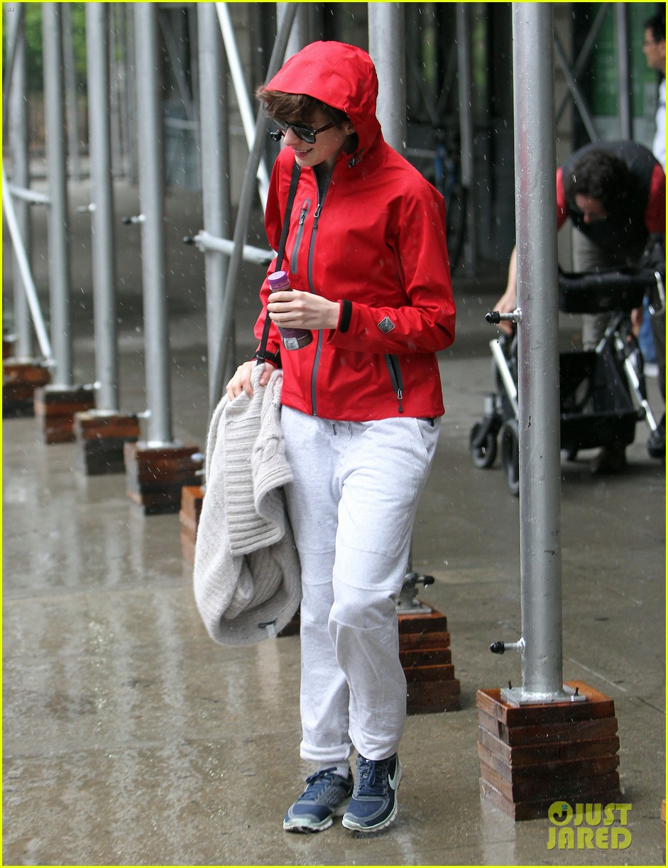 anne hathaway adam shulman rainy friday in new york 13