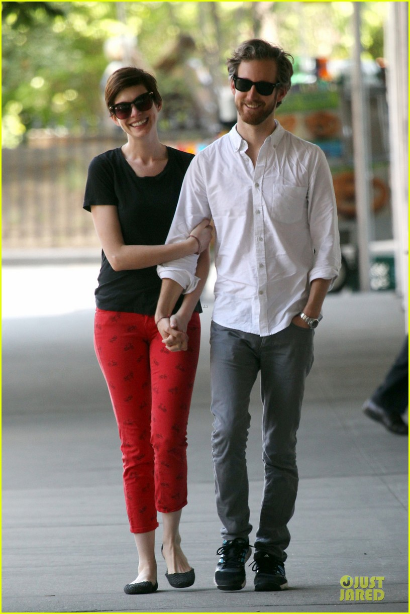 anne hathaway adam shulman red hot snuggling 03