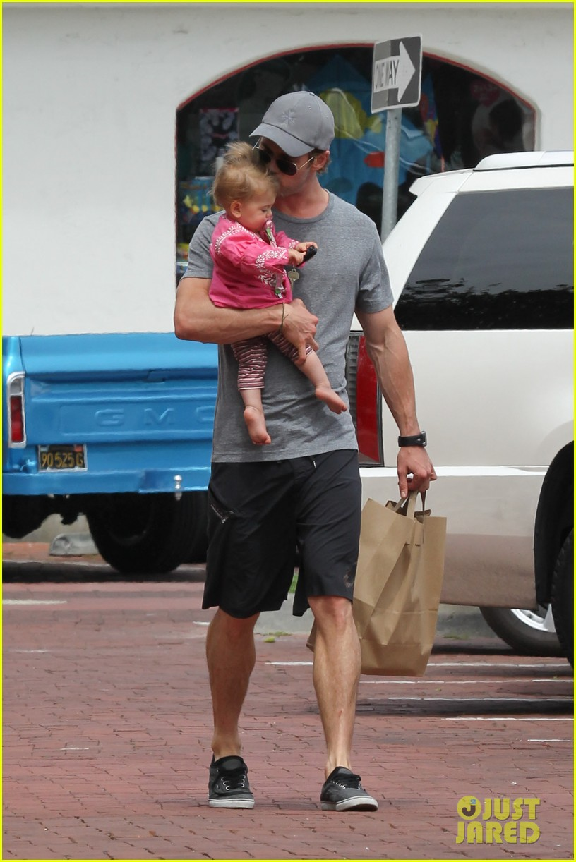 chris hemsworth hugs his family close in malibu 05