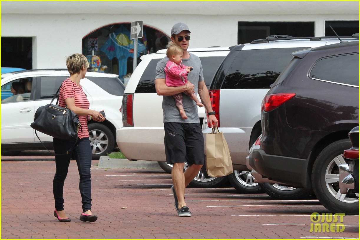 chris hemsworth hugs his family close in malibu 24