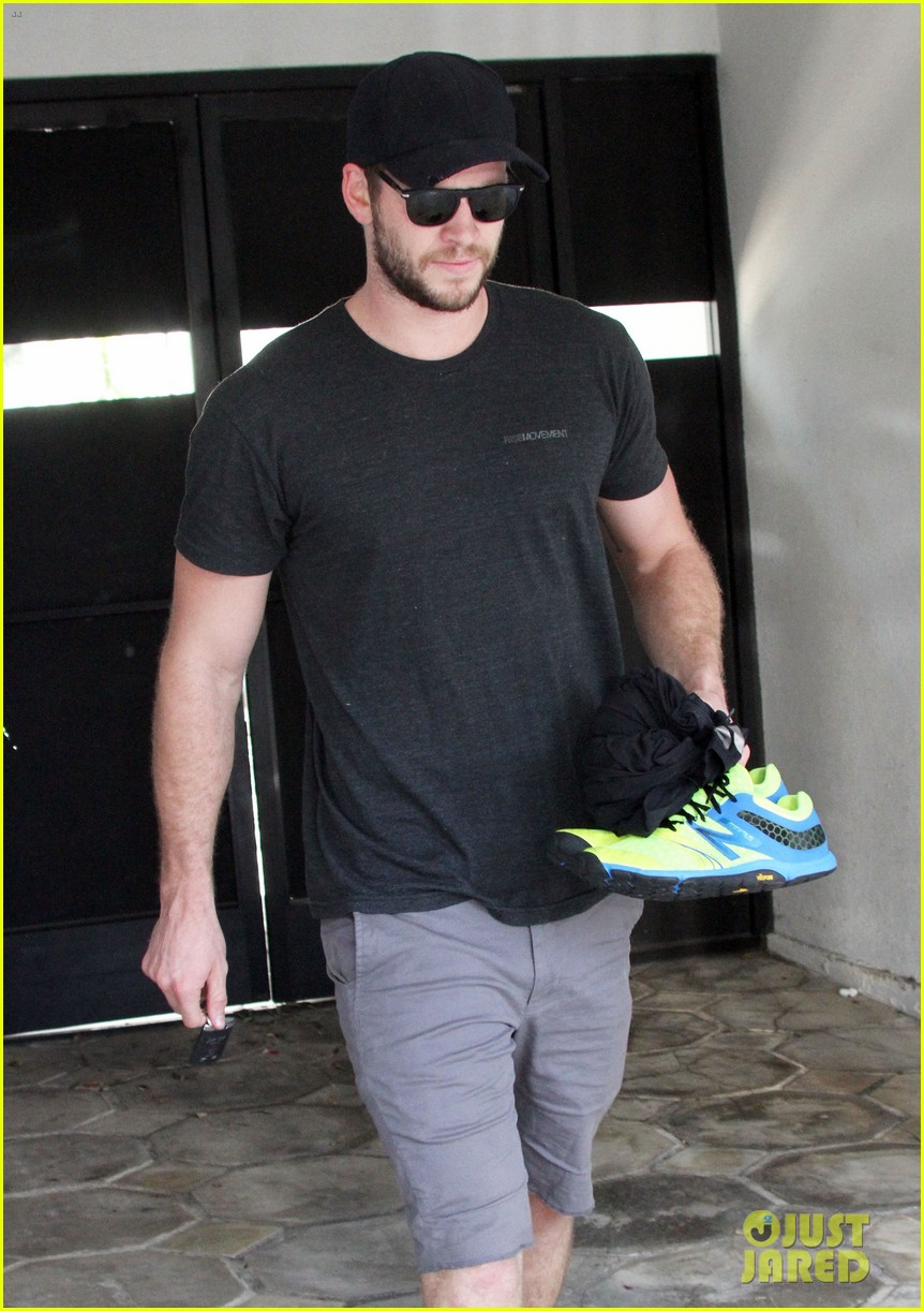 liam hemsworth works out miley cyrus wears engagement ring 05