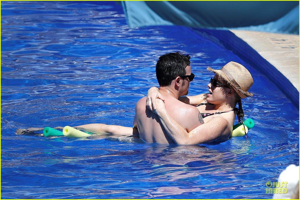 megan hilty cuddling with shirtless brian gallagher in hawaii 12