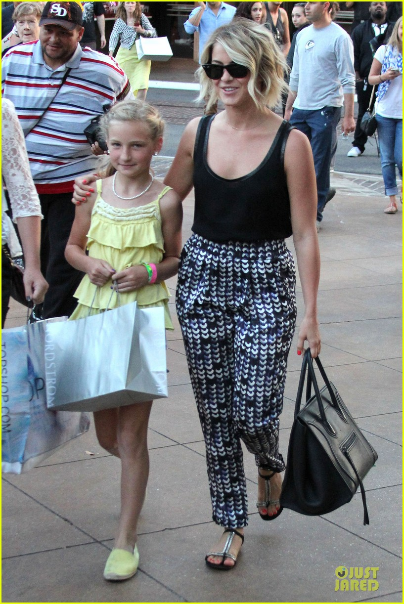 julianne hough the voice finale with nieces 03