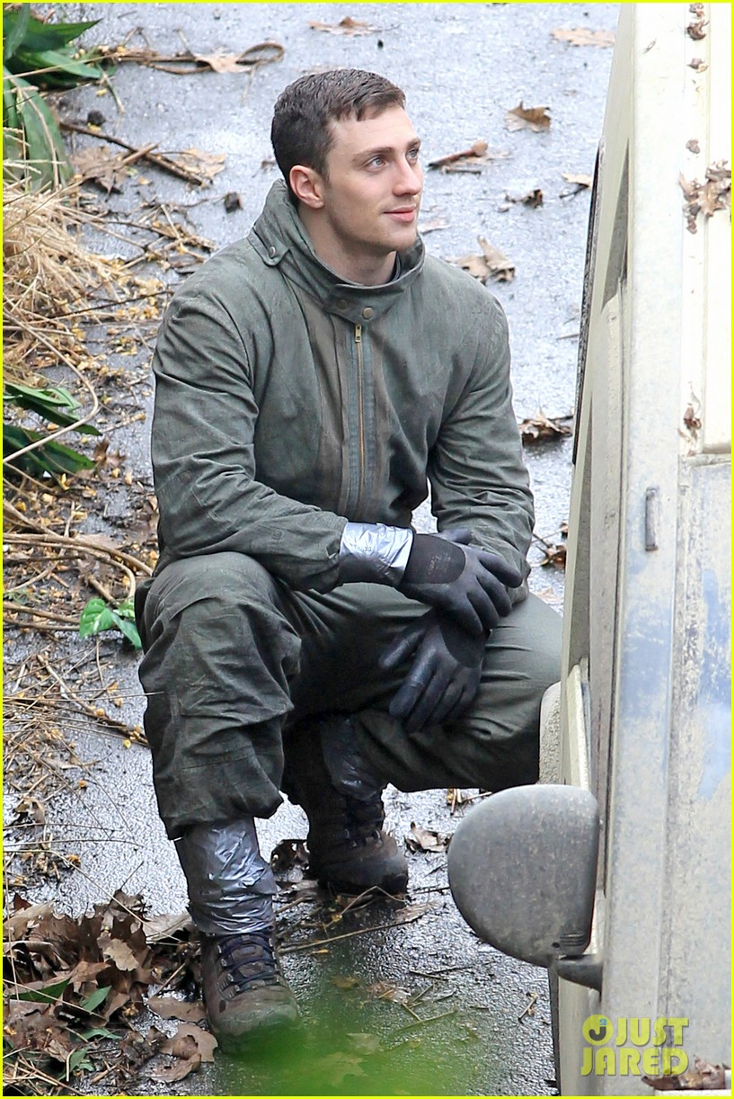 aaron taylor johnson godzilla set with bryan cranston 08