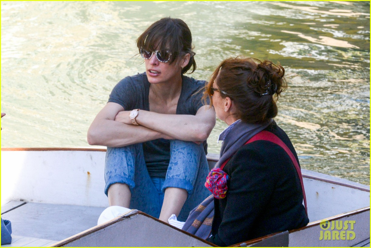 milla jovovich gondola ride in venice with ever 062882483