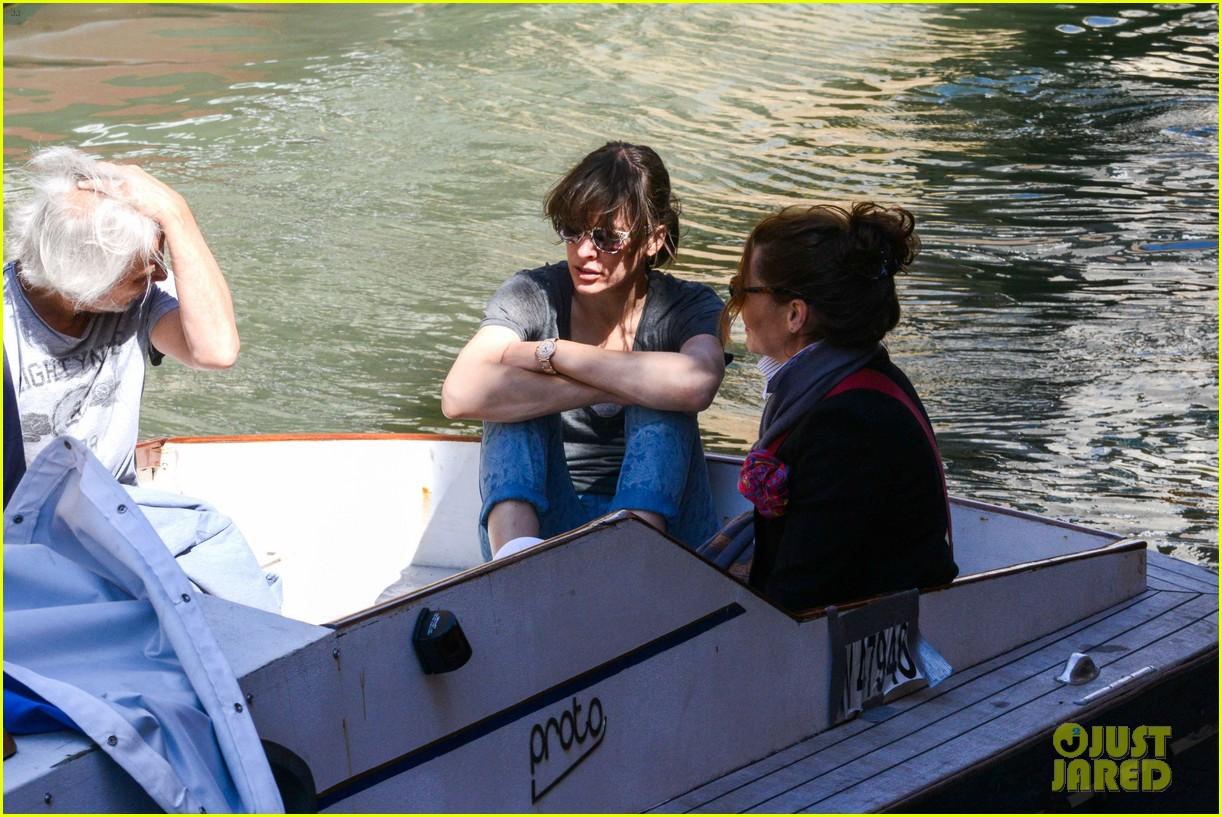 milla jovovich gondola ride in venice with ever 10