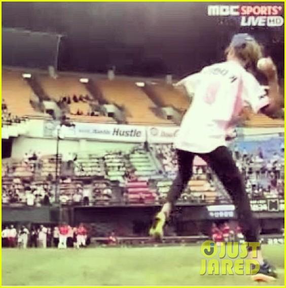 miranda kerr throws first pitch at doosan bears game 022890612