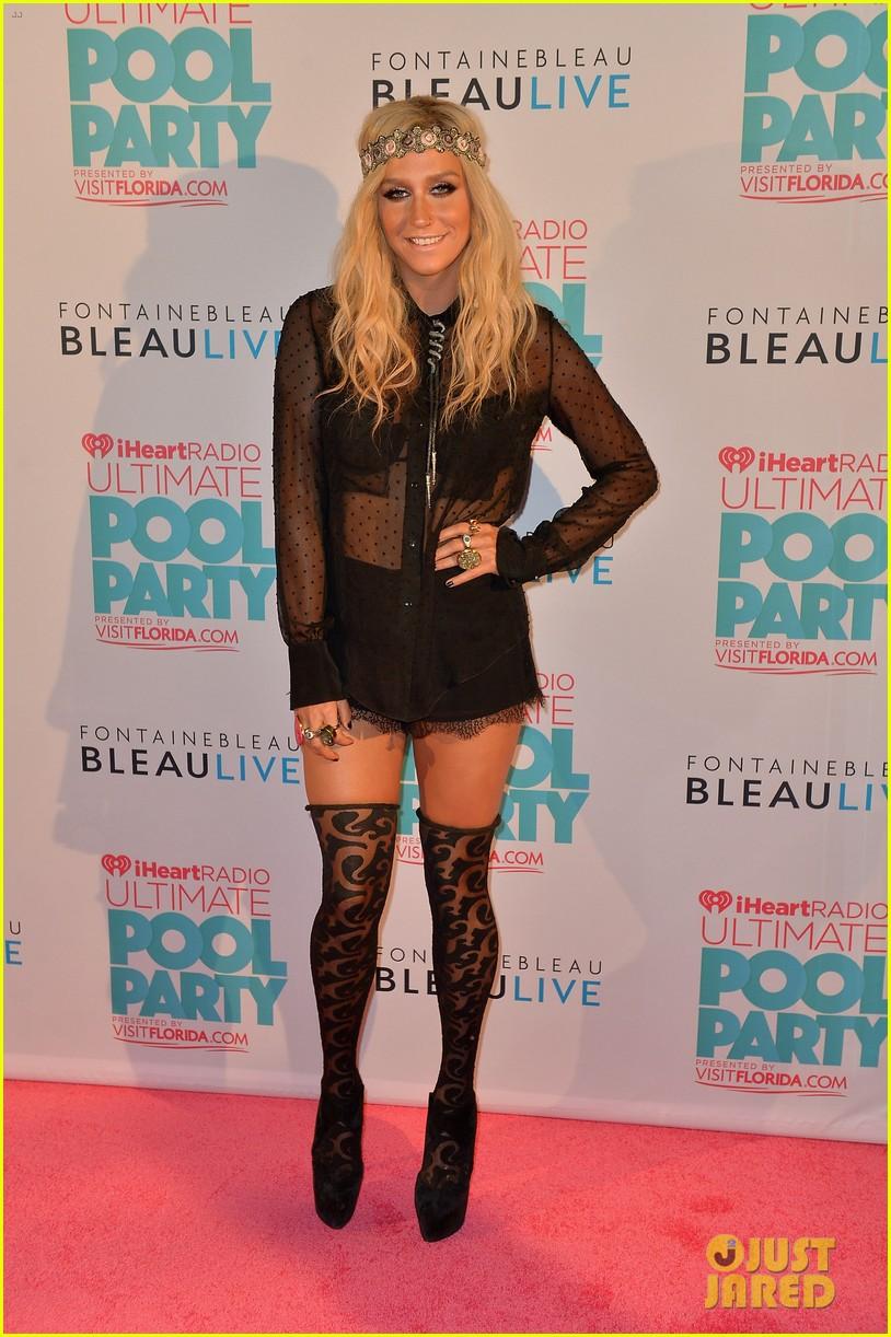 Kesha >> Galería [Candids, apariciones, paparazzi, etc.] - Página 9 Kesha-iheartradio-ultimate-pool-party-concert-performer-01