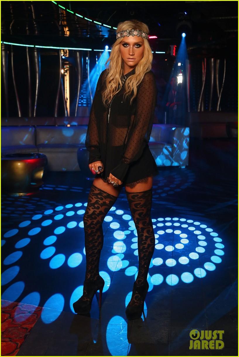 Kesha >> Galería [Candids, apariciones, paparazzi, etc.] - Página 9 Kesha-iheartradio-ultimate-pool-party-concert-performer-24