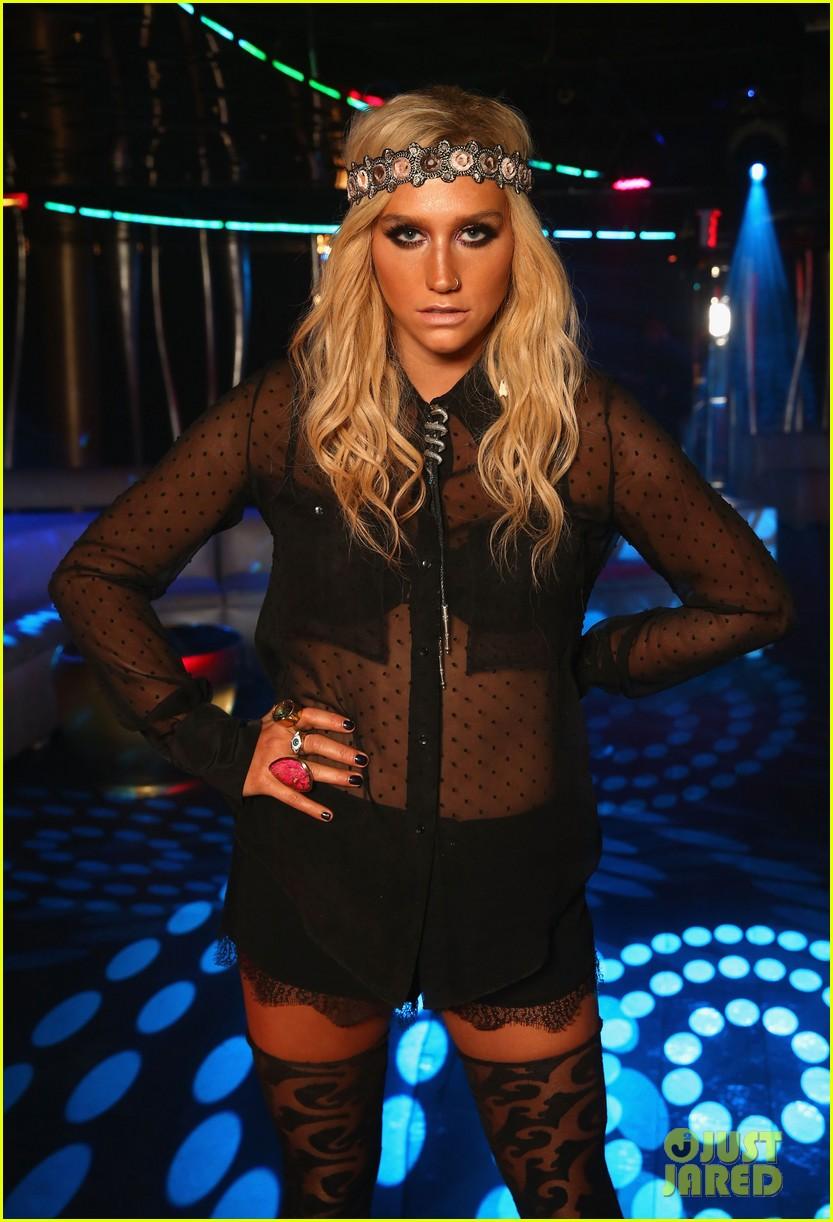 Kesha >> Galería [Candids, apariciones, paparazzi, etc.] - Página 9 Kesha-iheartradio-ultimate-pool-party-concert-performer-26