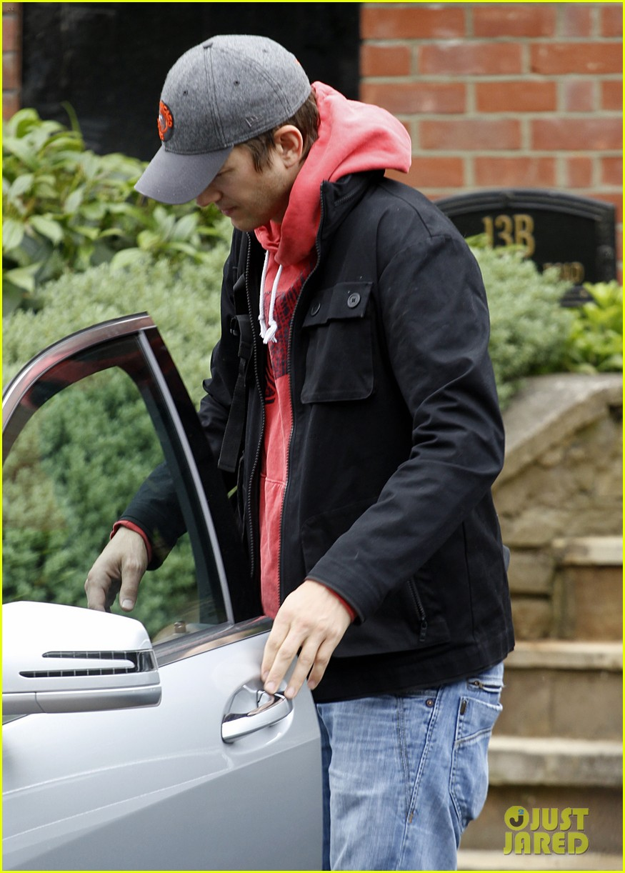 ashton kutcher heads to heathrow for flight out of london 132892096