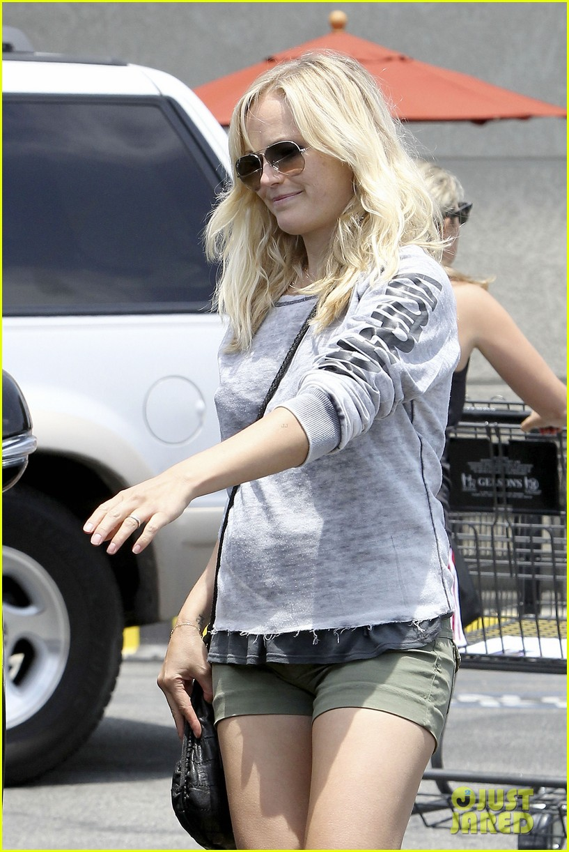 malin akerman shops after juvenile camp visit 052897281