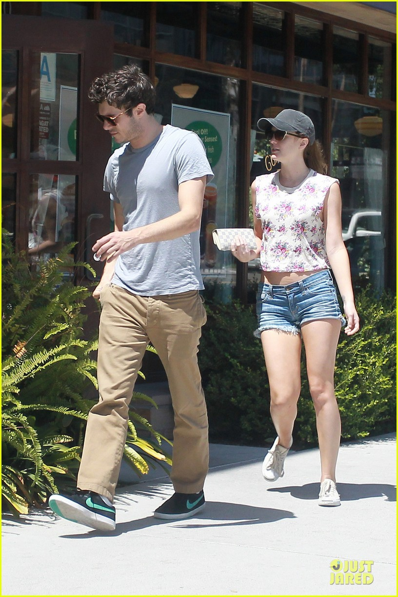 leighton meester adam brody weekend breakfast couple 01