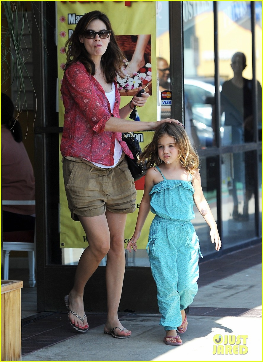 michelle monaghan visits the nail salon with willow 01