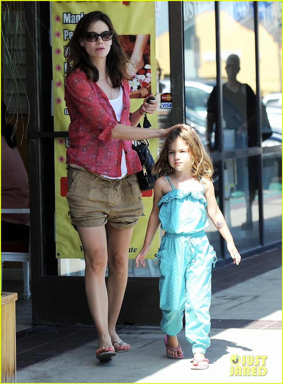 michelle monaghan visits the nail salon with willow 22
