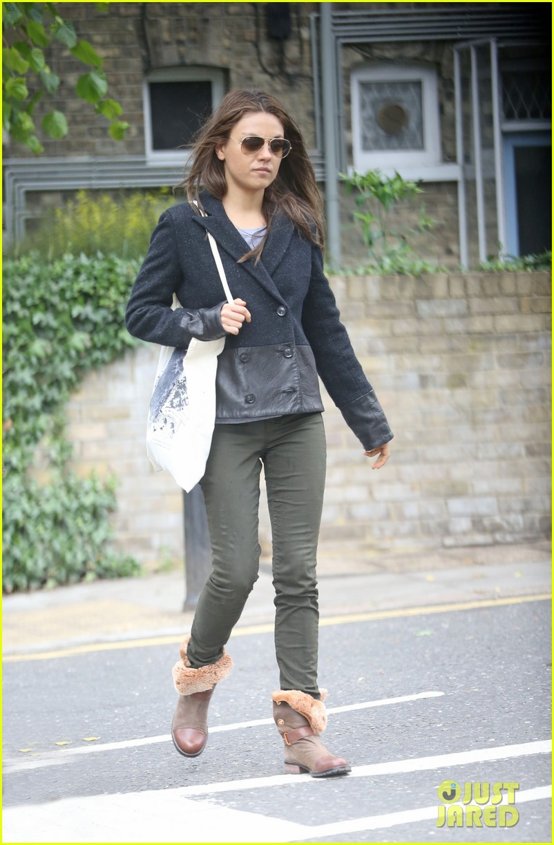 mila kunis rainy walk in london 09